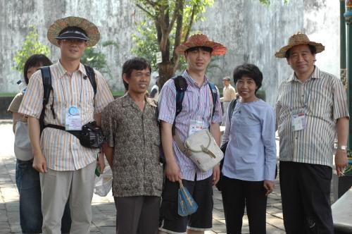 Guru dan Kepala Sekolah Oesam Middle School (bertopi), Drs. G. Suwarto (guru SMPN 5 Yogyakarta) dan pejabat Balitbang Depdiknas Dra. Lestyani, M.Adm.
